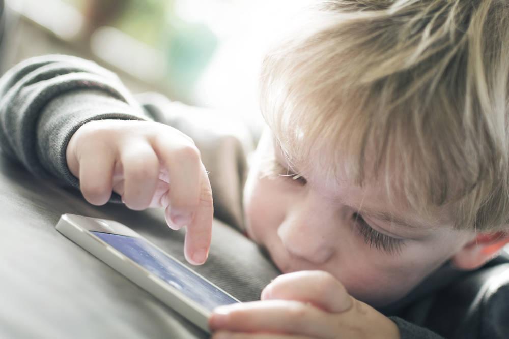 Los niños pierden 26 minutos de sueño por cada hora que usan el móvil